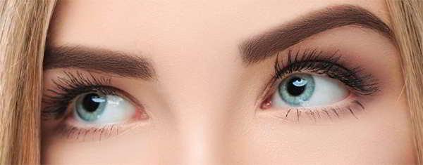 mujer depilacion en cejas